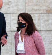 Ann Linde i samspråk med Greklands utrikesminister Nikos Dendias vid ett EU-möte i LIssabon på torsdagen. Armando Franca / TT NYHETSBYRÅN