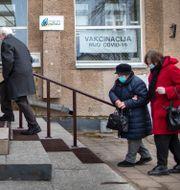 Invånare i Utena, Litauen, ska vaccineras mot covid-19 Mindaugas Kulbis / TT NYHETSBYRÅN