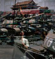 Man fotar en bild från Himmelska fridens torg i Hongkong 2012.  Vincent Yu / TT NYHETSBYRÅN