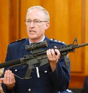 Polischefen Mike McIlraith visar upp ett automatvapen av den typ som användes vid dådet. Nick Perry / TT NYHETSBYRÅN