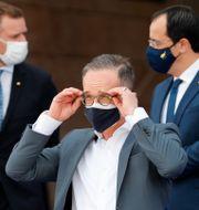 Heiko Maas rättar till sina glasögon i Lissabon. Han fällde kommentarerna i samband med EU-toppmötet igår. Armando Franca / TT NYHETSBYRÅN