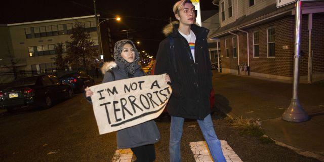 """""""Jag är inte en terrorist"""". Kvinna protesterar mot Trumps islamofobiska retorik i Philadelphia. Jessica Kourkounis / GETTY IMAGES NORTH AMERICA"""