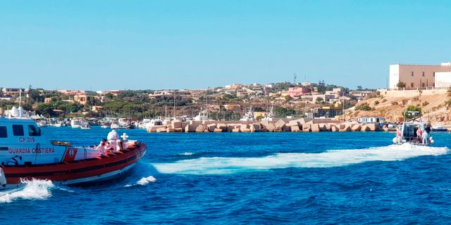 Ensamkommande barn och unga evakueras från skeppet. Elio Desiderio / TT NYHETSBYRÅN