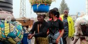 Folk tvättar sina händer vid gränsen mellan Kongo-Kinshasa och Rwanda. Stringer / TT NYHETSBYRÅN/ NTB Scanpix
