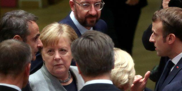 Tysklands Angela Merkel (mitten) tillsammans med bland andra Frankrikes Emmanuel Macron, EU-ordföranden Charles Michel och Greklands Kyriakos Mitsotakis YVES HERMAN / TT NYHETSBYRÅN