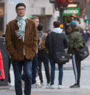 Arkivbild. Människor iförda munskydd på Kungsholmen i Stockholm. Fredrik Sandberg/TT / TT NYHETSBYRÅN