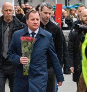 Stefan Löfven anländer med blommor till Åhléns i centrala Stockholm på lördagen. Jonas Ekströmer/TT / TT NYHETSBYRÅN