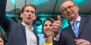 Kurz (t v) på partiets valvaka igår.  ALEX HALADA / AFP