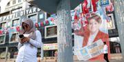 """En kvinna står framför en valaffisch för det nationella oppositionspartiet """"Det goda partiet"""" (Iyi Party).  Emre Tazegul / TT / NTB Scanpix"""