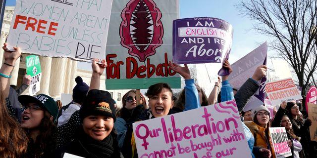 Människor i USA demonstrerar för att man ska ha rätt till att göra abort. Arkivbild. Joshua Roberts / TT NYHETSBYRÅN