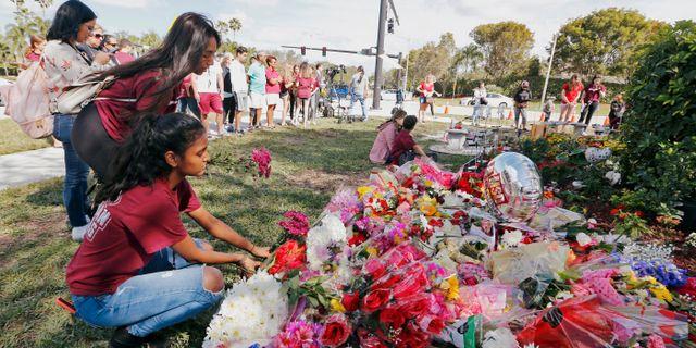 En ceremoni på årsdagen för skolskjutningen vid Stoneman Douglas High School i Florida där 17 personer dog.  Joe Skipper / TT NYHETSBYRÅN