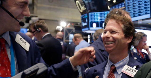 Arkivbild. Glada tradarna Robert Charmak och Gregory Rowe på Wall Street. Richard Drew / TT NYHETSBYRÅN