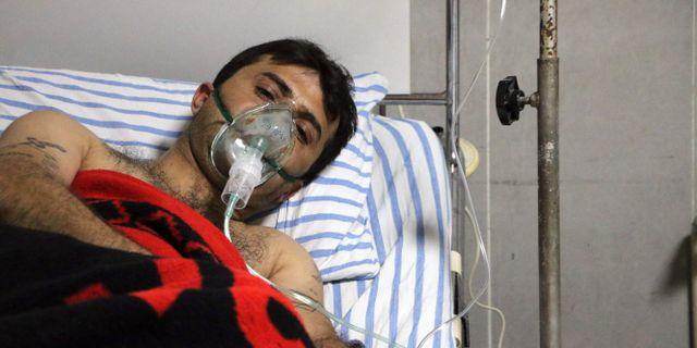 En av männen som fördes till sjukhus efter misstänkt gasattack. AHMAD SHAFIE BILAL / AFP
