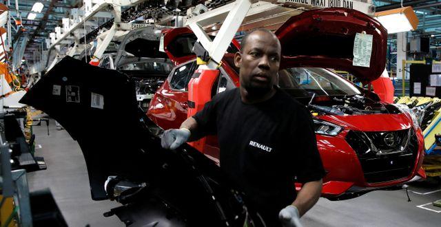 Illustrationsbild: En anställd vid Renault-fabriken i franska Flins sätter ihop en Nissan Micra.  Benoit Tessier / TT NYHETSBYRÅN