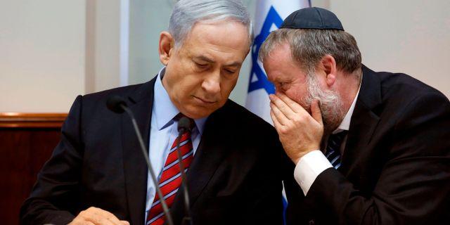 Bilden föreställer Netanyahu och rikåklagaren Avichai Mendelblit vid ett tidigare tillfälle. GALI TIBBON / POOL