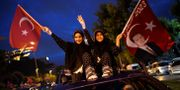 Erdogans supportrar viftar med flaggor i Istanbul.  YASIN AKGUL / AFP