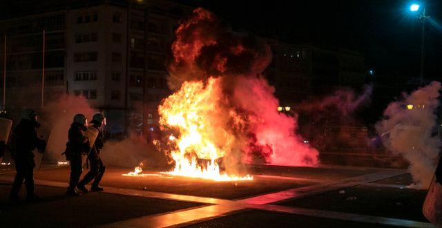 Demonstranter i Aten kastar bensinbomber mot poliser. Yorgos Karahalis / TT NYHETSBYRÅN