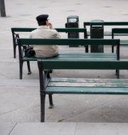 Illustrationsbild. En man sitter ensam på en bänk på Medborgarplatsen. Jessica Gow/TT / TT NYHETSBYRÅN