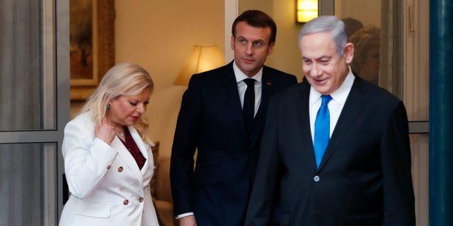 Arkivbild från när Emmanuel Macron mötte Benjamin Netanyahu och hans fru Sara i Jerusalem i januari. Ronen Zvulun / TT NYHETSBYRÅN