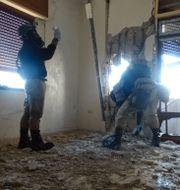 Arkivbild. Experter inspekterar en av platserna för en påstådd kemisk vapenattack i en förort i Damaskus.  STRINGER / SCANPIX SWEDEN