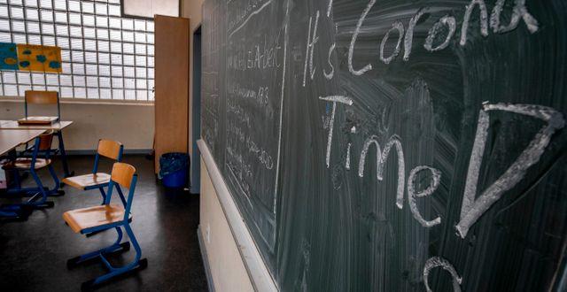 En tavla i en skola i Tyskland, i ett klassrumt som tömts på grund av coronapandemin.  Michael Probst / TT NYHETSBYRÅN