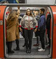 Den nya uppblåsbara jackan The Space Optimiser ska hålla Londons folkmassor borta. Leonardo Hotels
