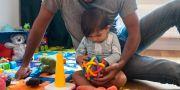 Arkivbild. Föräldraledig pappa leker med sin dotter. Isabell Höjman/TT / TT NYHETSBYRÅN