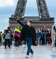 Illustrationsbild: Människor promenerar framför Eiffeltornet i Paris.  Kamil Zihnioglu / TT NYHETSBYRÅN