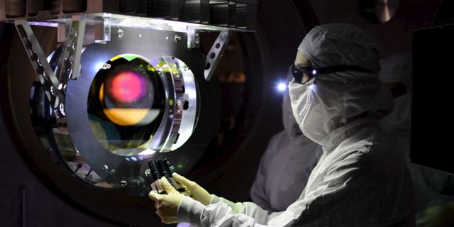 En tekniker kalibrerar utrustningen vid LIGO-observatoriet. LIGO Laboratory / TT NYHETSBYRÅN