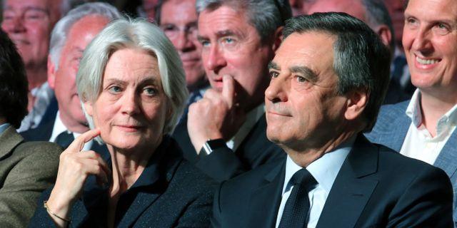 Arkivbild: François Fillon tillsammans med hustrun Penelope.  Thibault Camus / TT / NTB Scanpix