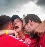 Danska supportrar firar efter Mikkel Damsgaards 1–0-mål mot England. PETTER ARVIDSON / BILDBYRÅN