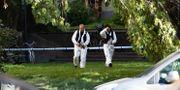 Polisens kriminaltekniker undersöker platsen där mordförsöket på en toppadvokat ägde rum.  Pontus Lundahl/TT / TT NYHETSBYRÅN
