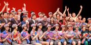 Kim Jong-Un applåderar under en ballet-föreställning.   KCNA / TT NYHETSBYRÅN