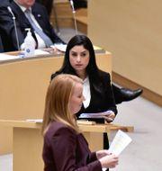 Nooshi Dadgostar och Annie Lööf i riksdagen. Arkivbild.  Janerik Henriksson/TT / TT NYHETSBYRÅN