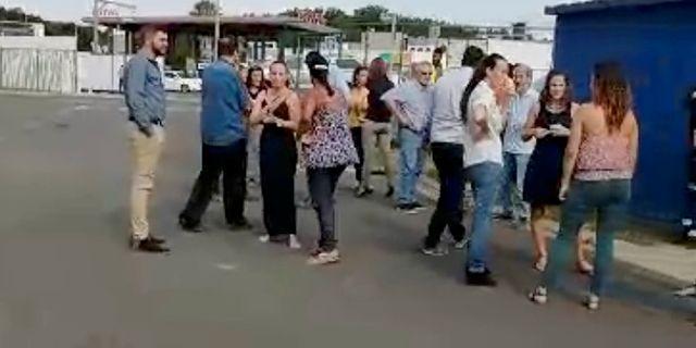 Människor samlas utomhus i huvudstaden Noumea efter larm om skalvet. SOCIAL MEDIA / TT NYHETSBYRÅN