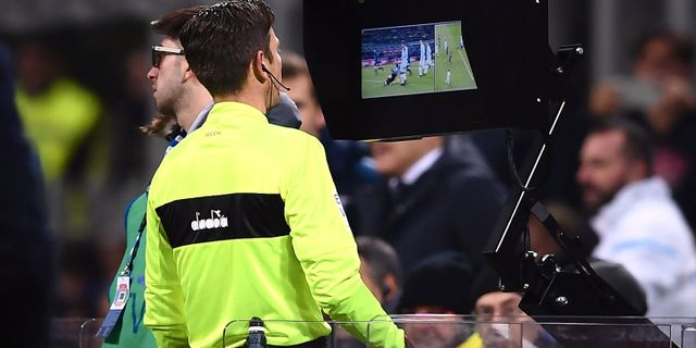 Arkivbild. Domaren Gianluca Rocchi tittar på VAR.  MARCO BERTORELLO / AFP