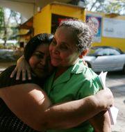 Maira Figueroa och Teodora Vasquez omfamnar varandra utanför fängelset.  JOSE CABEZAS / TT NYHETSBYRÅN