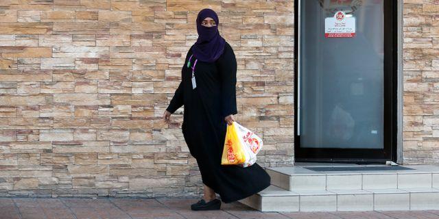 Saudisk kvinna lämnar restaurang genom en ingång endast för kvinnor. Amr Nabil / TT NYHETSBYRÅN