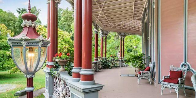 På 1980-talet flyttade arkitekten Joseph Pell Lombardi in och restaurerade både invändigt och utvändigt. Homes.com