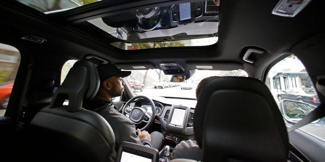 Arkivbild: Devin Greene sitter bakom ratten under ett test med en av Ubers självkörande bilar (2016).  Eric Risberg / TT NYHETSBYRÅN