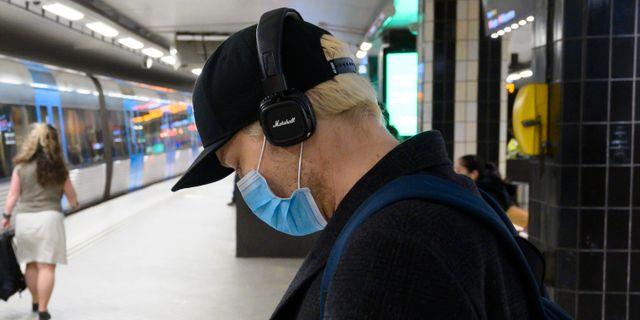 En man med munskydd i i Stockholms tunnelbana. Henrik Montgomery/TT / TT NYHETSBYRÅN