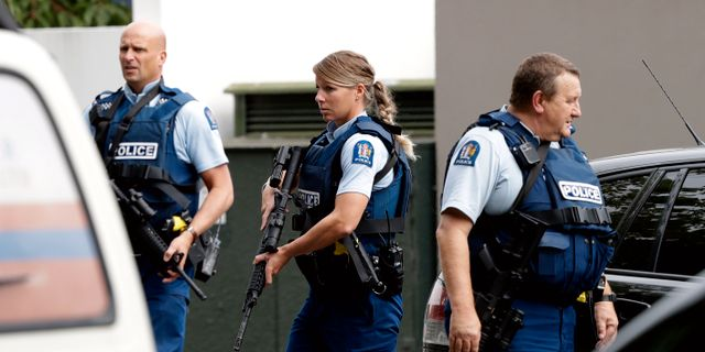 Polisen utanför en av moskéerna. Mark Baker / TT NYHETSBYRÅN