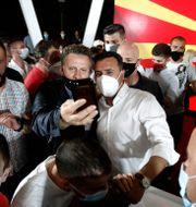 Zoran Zaev (i vit skjorta) tillsammans med anhängare efter valet Boris Grdanoski / TT NYHETSBYRÅN