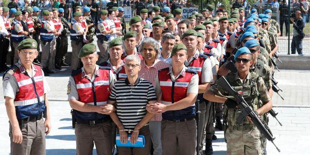 De misstänkta kuppmakarna förs in i rättssalen.  ADEM ALTAN / AFP