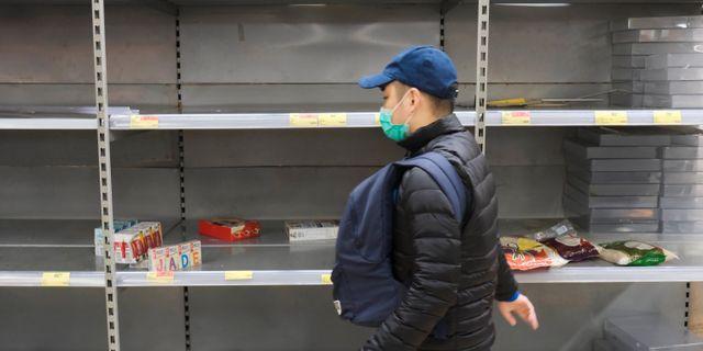 Varor saknas i en mataffär i Hongkong efter coronavirusets utbrott.  TYRONE SIU / TT NYHETSBYRÅN