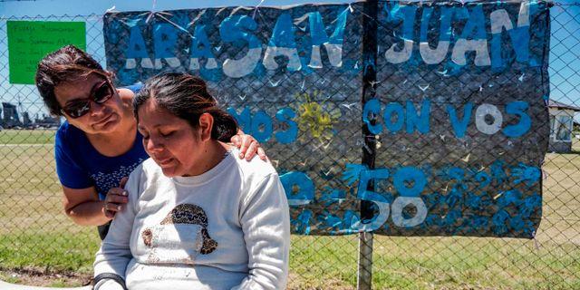 Elena Alfaro, syster till en av de saknade i besättningen, tröstas av en kvinna utanför Argentinas marinbas Mar del Plata. EITAN ABRAMOVICH / AFP
