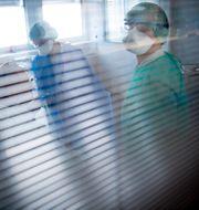 Sjukhuspersonal och patient på en covid-avdelning i Schweiz tidigare i år.  Laurent Gillieron / TT NYHETSBYRÅN