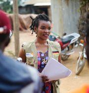 Kongolesisk hjälparbetare informerar om covid-19.  Al-hadji Kudra Maliro / TT NYHETSBYRÅN