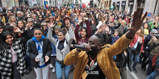 Demonstranter i Milano.  Luca Bruno / TT NYHETSBYRÅN