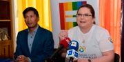 Efrain Soria och Pamela Martinez, representanter för HBTQI-communityt i Ecuador talar på en presskonferens efter att landets högsta domstol sagt ja till samkönade äktenskap. RODRIGO BUENDIA / AFP